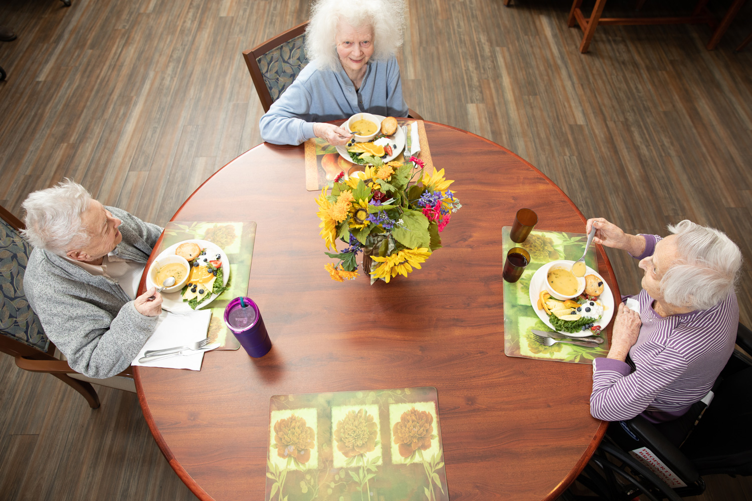 residents eating lunch